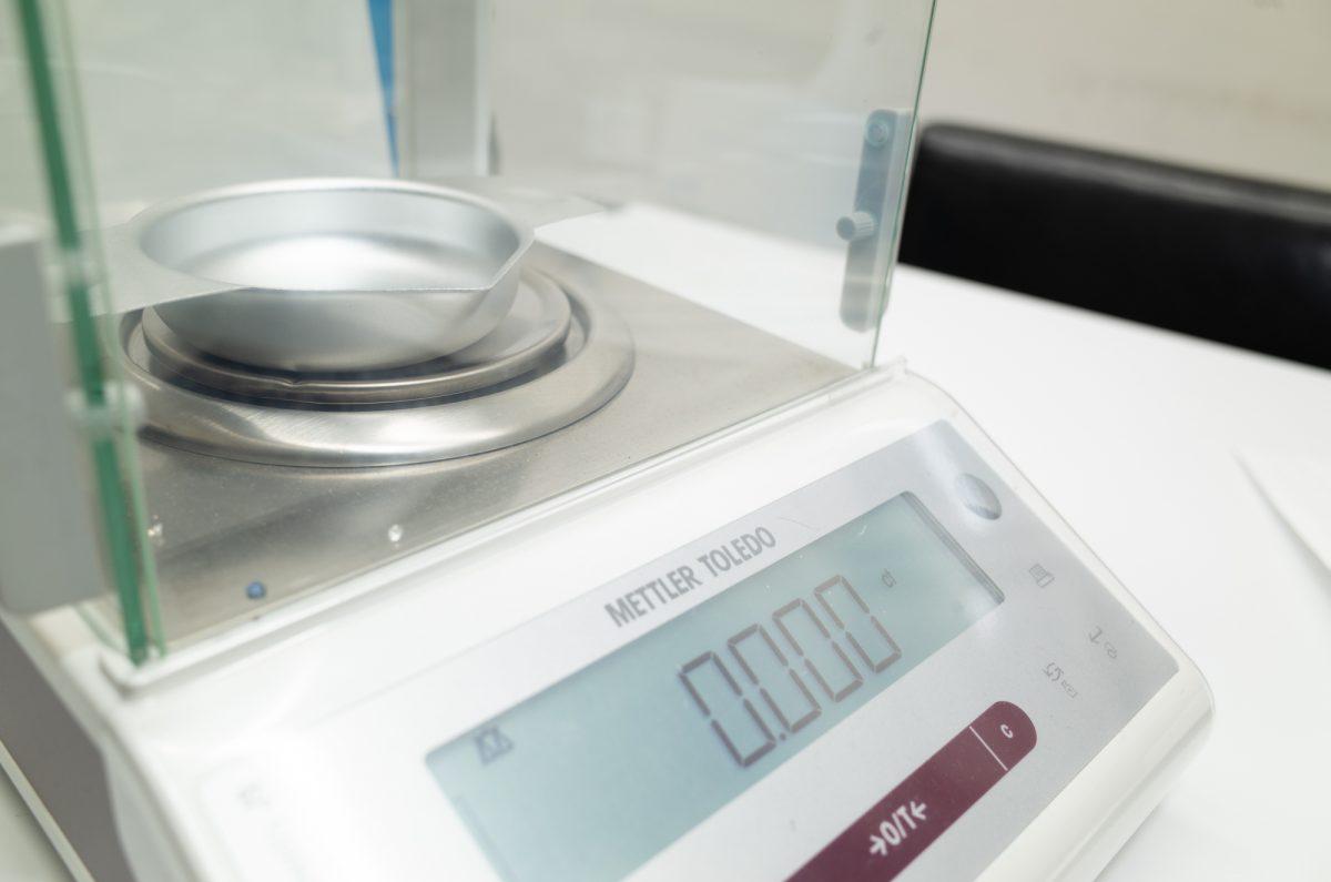 の重さの測定です。 基準の「カラット」は200ミリグラムと定義されています。 1ct=0.2g